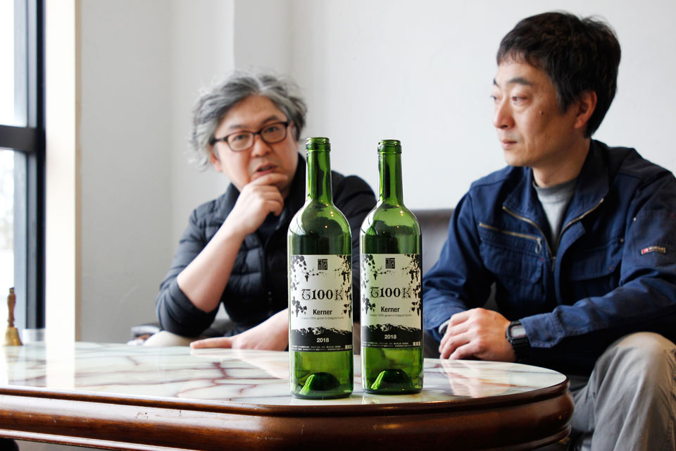 葡萄を栽培する大竹さんと醸造する青木さん